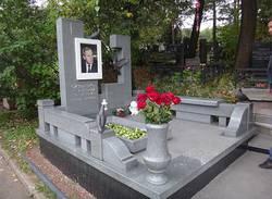 Памятник из гранита и ваза в подарок